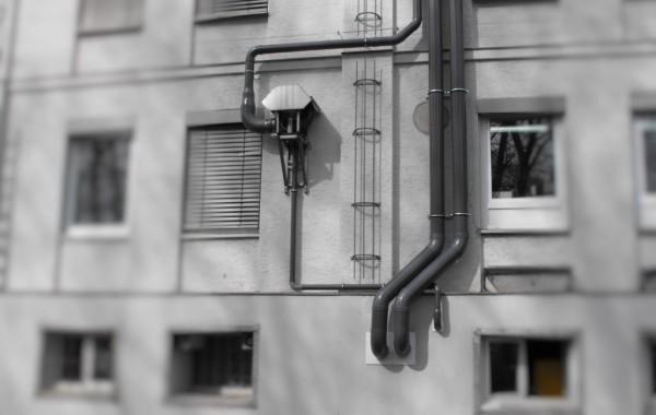 Abluftverrohrung an Industriefassade
