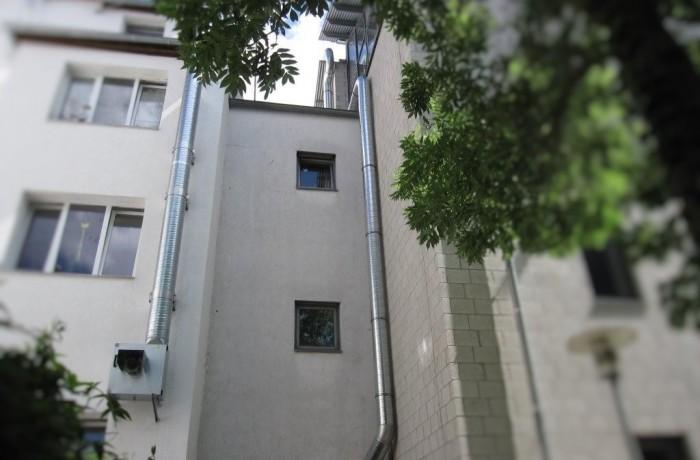Wickelfalzrohr in D 355mm den Gebäudekonturen angepasst bis über Dach (Höhe ca. 25m) verlegt.