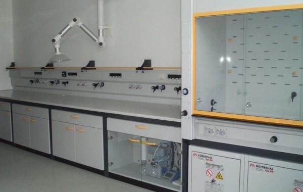 Laborwandarbeitstisch mit Vakuumpumpenstation