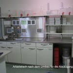 Arbeitstisch mit nachträglich installierter Abluftrückwand