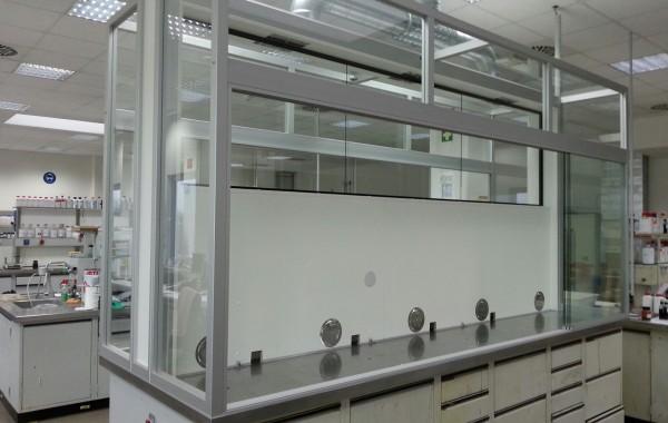 Auftischeinhausung auf freistehenden Labormittetisch mit Schiebescheiben