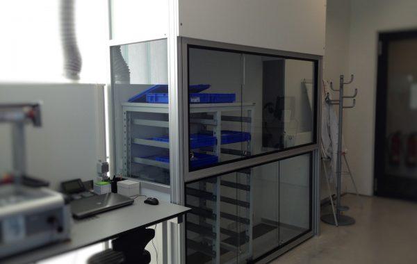 Klebearbeitsplatz, maschinell, mit perforierter Tischflächen- u. Rückwandabsaugung