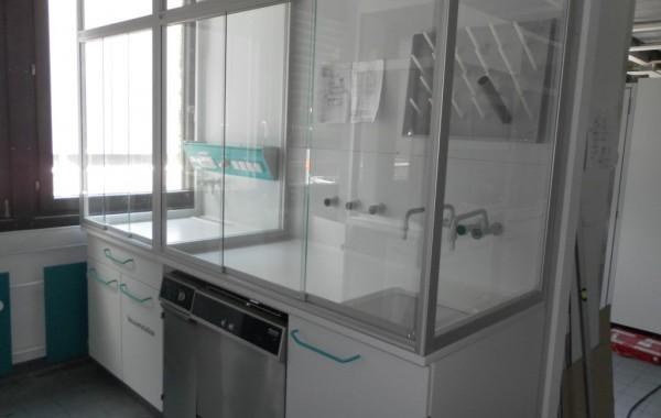 Auftischeinhausung auf Laborwandarbeitstisch/Laborwandspüle