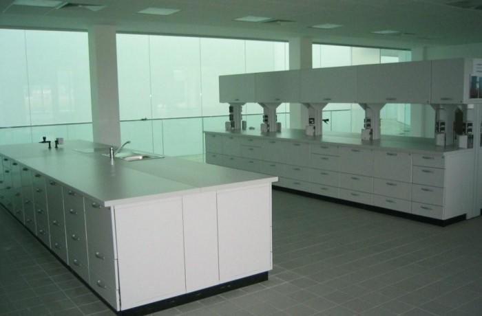 Labordoppelarbeitstische mit Hängeschränke und Energiezellen