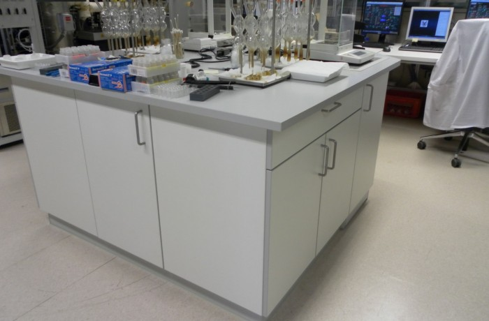 Freistehender Labortisch-Insellösung mit integriertem Wägetisch