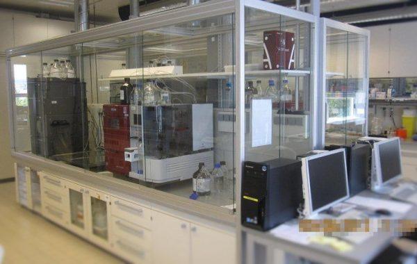 Labordoppelarbeitstisch MC6 nachträglich mit Einhausung ausgestattet