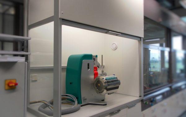 NETSCH Mühle in Frontschiebereinhausung zur Staub- und Schalleindämmung
